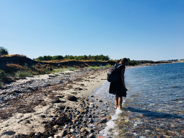 Går langs stranden i vandet