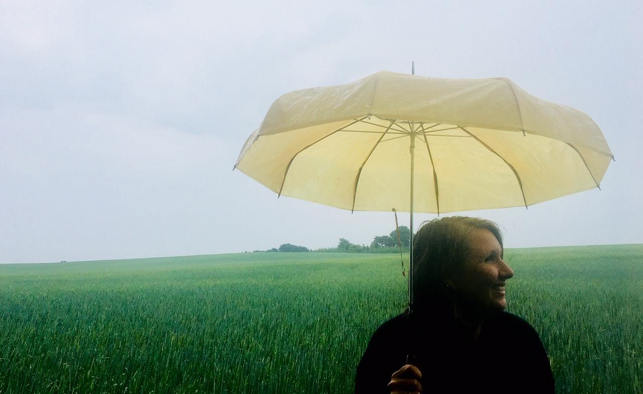 Anja Dalby i regnen med en gul paraply