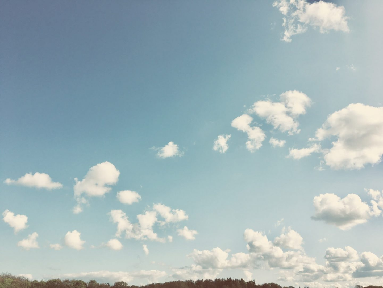 Anja Dalby kampen om tronen. Billedet viser en blå himmel med spredte hvide skyer.