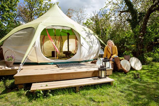 Maria fra Hyldemors have foran hendes telt som hun bruger til at undervise i shamanisme i.