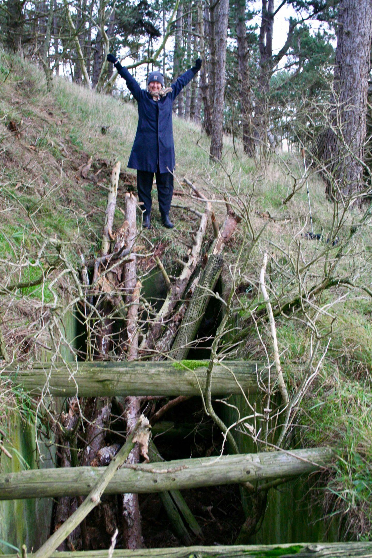 Mig foran hullet her til morgen. Grævlingen var kommet op via træstamme-stigen og jeg fejrede det med armene i vejret.