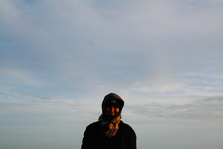 Håb for en ny verden. Den findes bedst i naturen. Her står jeg udenfor med en lys blå himmel med tætte skyer som backdrop.