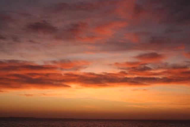 Livet skal ikke tages personligt. Lev det fuldt ud, men husk det er upersonligt som himlens mange ansigter. Her er et billede af himlen en aften med ildrød personlighed.