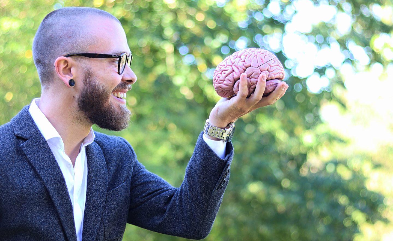 Jeppe Aagaard med en hjerne i hånden.