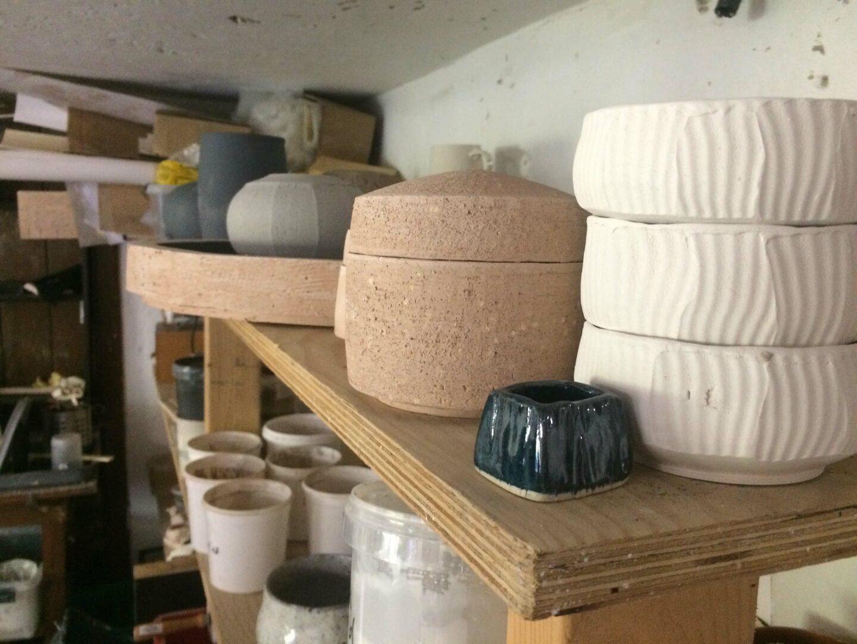 I keramikværkstedet hvor vores røgelsesholdere bliver fremstillet.