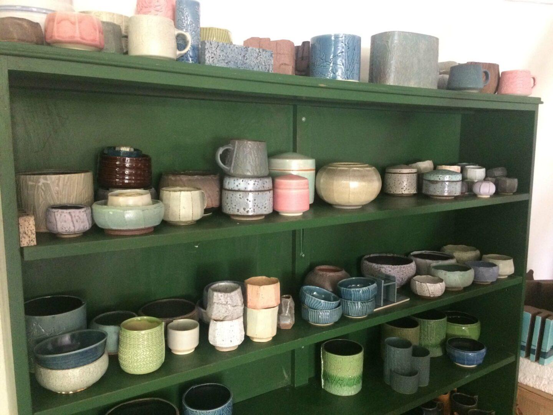 I Marguerite Johnsens keramikværksted, hvor vores røgelsesholdere er fremstillet.