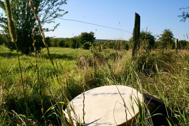 Trommen ligger klar i naturen til en trommerejse udenfor.