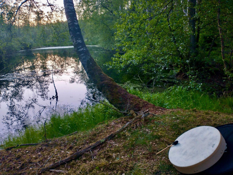Hvorfor tage på en udesidning? Det kunne blandt andet være for at høre når trommen kalder dig hjem om morgenen, efter natten i skoven. Bare det er en helt særlig oplevelse.
